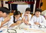 화학연구원으로 변신한 학생들이 평소에 접하기 어려운 화학실험들을 진행하고 있다