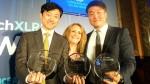 5G 월드 어워드 2018(5G World Awards 2018) 시상식 현장에서 왼쪽부터 KT 정준호 팀장과 사회자 루시포터(Lucy Porter), KT 송민관 과장이 수상 기념 포즈를 취하고 있다