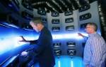 데이비드 반더월 LG전자 미국법인 마케팅담당 부사장(왼쪽), 팀 알레시 HE제품마케팅담당(오른쪽)이  LG 포터블 스피커  체험존에서 사운드를 감상하고 있다