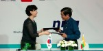 크리스피 박경원 이사(왼쪽)와 포레버그룹 킨마웅타이 대표(오른쪽)가 계약을 체결하고 있다