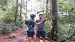 워크앤런 행사팀이 민주지산 자연휴양림과 대관령에서 개최되는 숲속 여름캠프의 참가자들을 위해 세심하게 길표식을 달고 있다
