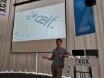 엘프의 공동 대표 주링 첸이 엘프 플랫폼의 확장성, 빠른 처리 속도의 장점을 개발자들에게 소개하고 있다