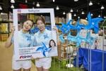 신일 로드쇼 오픈을 기념해 모델들이 인스타그램 이벤트를 홍보하고 있다