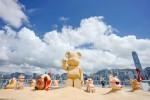 새로운 썸머 룩으로 단장한 30여 마리 베어브릭 및 거대한 모래 조각 베어브릭이 하버 시티 오션 터미널 데크에 모인다