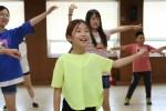 2018년 강원지역 농산어촌 청소년들을 대상으로 진행된 둥근세상만들기 캠프에 참가한 청소년들이 응원댄스 프로그램을 체험하고 있다