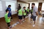 2017년 Global English Camp에서 청소년들과 원어민 강사가 함께 그림을 보며 영어로 이야기를 만드는 놀이를 하고 있다.