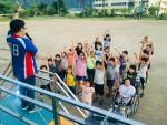 국립평창청소년수련원 직원들이 주진초등학교 운동장에서 전교생을 대상으로 레크레이션을 진행하고 있다