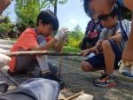 국립평창청소년수련원 2018 여름특성화 캠프에 참가한 청소년들이 나무를 이용하여 불을 피우고 있다