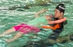 국립중앙청소년수련원 생존수영캠프 참가 청소년이 잎새뜨기 자세를 배우고 있다