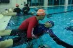 국립중앙청소년수련원 청각장애청소년 생존수영캠프에 참여한 청소년이 물속에서 잎새뜨기 수영법을 배우고 있다