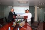 에버렉스와 미얀마 Shwe 은행 담당자들이 합의서를 교환하고 있다