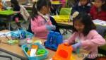 친환경 장난감 만들기 활동 중인 어린이