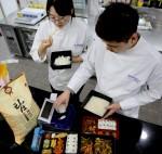 GS리테일 식품연구소 연구원들이 쌀 품질을 판별하는 기기와 탑라이스로 지은 밥으로 테스트를 진행하고 있다