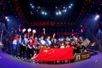 펍지 글로벌 인비테이셔널 2018 경기가 끝난 후 중국팀을 비롯한 각국의 팀들이 우승 포즈를 취하고 있다