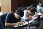 저개발국 아이들의 교육 지원을 위한 Give 책가방 만들기 봉사에 참여하여 가방 그림에 색칠을 하는 서울연구원 봉사자들