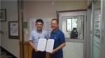 한국보건복지인력개발원 광주교육센터와 광주남구노인복지관 담당자가 협약 후 기념촬영을 하고 있다