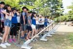 국립중앙청소년수련원 둥근세상만들기캠프에 참가한 청소년들이 에어로켓을 날리고 있다