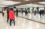 국립평창청소년수련원 강의실에서 하이씨씨 엔터테인먼트 소속 댄서트레이너 유주원이 청소년들에게 방송댄스 프로그램을 진행하고 있다