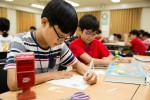 국립중앙청소년수련원 청소년여름우표교실에 참가한 청소년들이 우표놀이학습에 집중하고 있다
