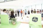 CJ제일제당 전문셰프가 비비고 마케팅 콘퍼런스에서 비비고 제품의 레시피를 설명하고 있다