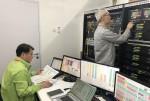 자카르타 국제방송센터에서 KT 직원이 네트워크 품질테스트를 진행하고 있다
