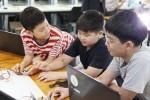 아이들이 씨큐브코딩 체험수업을 참관하고 있다
