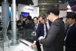 빅스포 2017 전시회에서 방문객들이 에너지 신기술 관련 전시물을 관람하고 있다