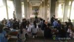 흙공 만들기 교육 중인 참가자들