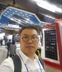 차세대 전력저장장치 분야 벤처기업 중오는 자체 기술로 10㎾급 반도체, 디스플레이 생산 장비용 전력저장장치 개발에 성공했다. 사진은 국제 전력전자 수출기업 전시회에 참석한 중오 이중오 대표의 모습.