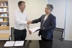 마르시스 박용규 대표와 샘랩 아담 CEO가 계약하는 현장
