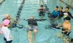 국립중앙청소년수련원 생존수영프로그램에 참여한 천안 목천초 청소년들이 물속에서 생존수영법을 배우고 있다