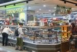 GS수퍼마켓 신선델리 강화점포 사당태평점 쿠킹스토리 코너에서 고객들이 조리식품을 살펴보고 있다