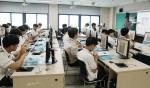 씨큐브코딩 이승택 연구원이 서울강서고에서 코딩 수업을 하고 있다