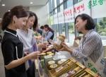 삼성이 추석을 맞아 협력사 물품대금을 조기에 지급하고 농촌 마을 직거래 장터를 개최하며 사회와 더불어 사는 상생경영을 적극 실천하고 있다.