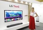 모델이 LG 올레드 TV AI 씽큐를 소개하고 있다