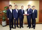 인증패 수여식에 참석한 이동빈 수협은행장(오른쪽)이 최강석 코메르츠은행 한국대표로부터 인증패를 전달받고 있다