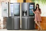 LG전자 모델이 노크온 매직스페이스를 적용한 870리터 더블매직스페이스냉장고와 824리터 얼음정수기냉장고를 소개하고 있다