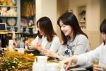 배우 김정은이 대한사회복지회 엄마는히어로 캠페인에 참여한 시민들과 함께 꿈꾸는 공방 원데이클래스에 참여했다