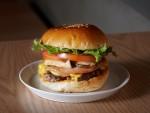 100% 순 쇠고기 패티와 캐나디언 베이컨, 머쉬룸으로 풍미를 더한 빅슬로우의 대표 메뉴 더 빅슬로우 버거