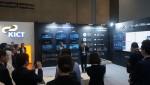 한국 정부 담당자가 외국 시정부 정책 책임자들에게 스마트시티 컨트롤 플랫폼 클라우드 비전에 대해 소개하고 있다