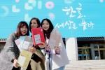 한글날을 앞두고 서울 광화문 광장을 찾은 이들이 한글 포장 마스크팩을 선물 받고 기뻐하고 있다