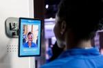 팀 비자 선수인 세운 아디군(나이지리아, 봅슬레이)은 구매한 티켓을 확인하고 현장 입장을 신속하게 확인하며 현장에서의 팬 경험을 향상시키기 위한 통합 결제 폼 팩터를 수행하는 생체 인증을 소개하고 있다