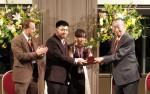 에도가와 병원 회장 가토 마사히로 박사가 후지오 컵을 조지타운 대학 이안 갈리카노 박사 참석하에 인도 반둥 공과대학 토미와 그레이스에게 수여하고 있다.