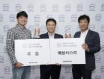 왼쪽부터 이연호 신해건설 대표(우승), 김영재 볼보트럭코리아 사장, 박종견 우주로지스 대표(메달리스트)