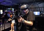 VR 프리즌에서 체험하고 있는 관람객