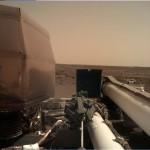 인사이트호의 로봇팔에 장착된 카메라는 착륙 지점과 기계 배치 및 각종 활동의 3D 컬러 이미지를 제공한다