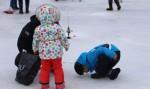 제11회 평창송어축제 참가 가족이 얼음을 깨고 송어낚시를 하고 있다