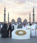 사이프 빈 자예드, 칼리파 빈 타눈이 종교 및 영적 지도자들과 함께 어린이 보호 헌신을 촉진하기 위해 기념비 주위에 서 있다