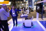 관람객들이 삼성 영상의학과용 프리미엄 초음파 진단기기를(모델명: RS85) 체험하고 있다
