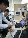 SK텔레콤과 협력업체 직원들이 스마트홈 기기를 테스트하고 있다
